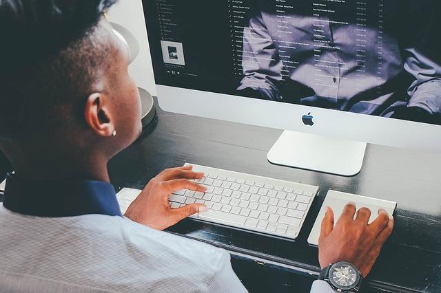 【日々のパソコン業務による目へのダメージを手軽にカバー!】ブルーライト対策グッズ3選のアイキャッチイメージ