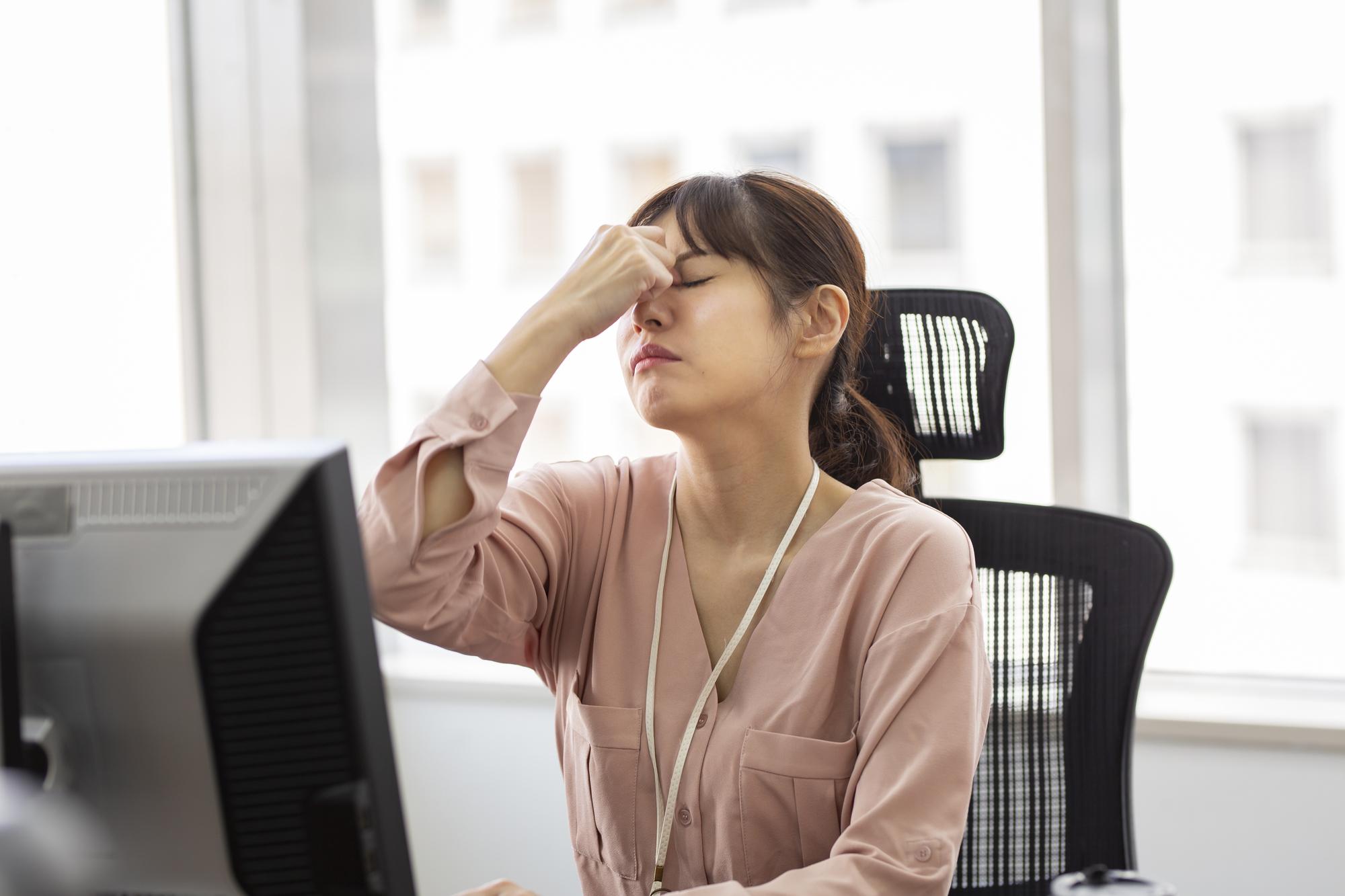 悩めるエンジニアの眼精疲労!目が疲れる原因やすぐにできる対策を解説のアイキャッチイメージ