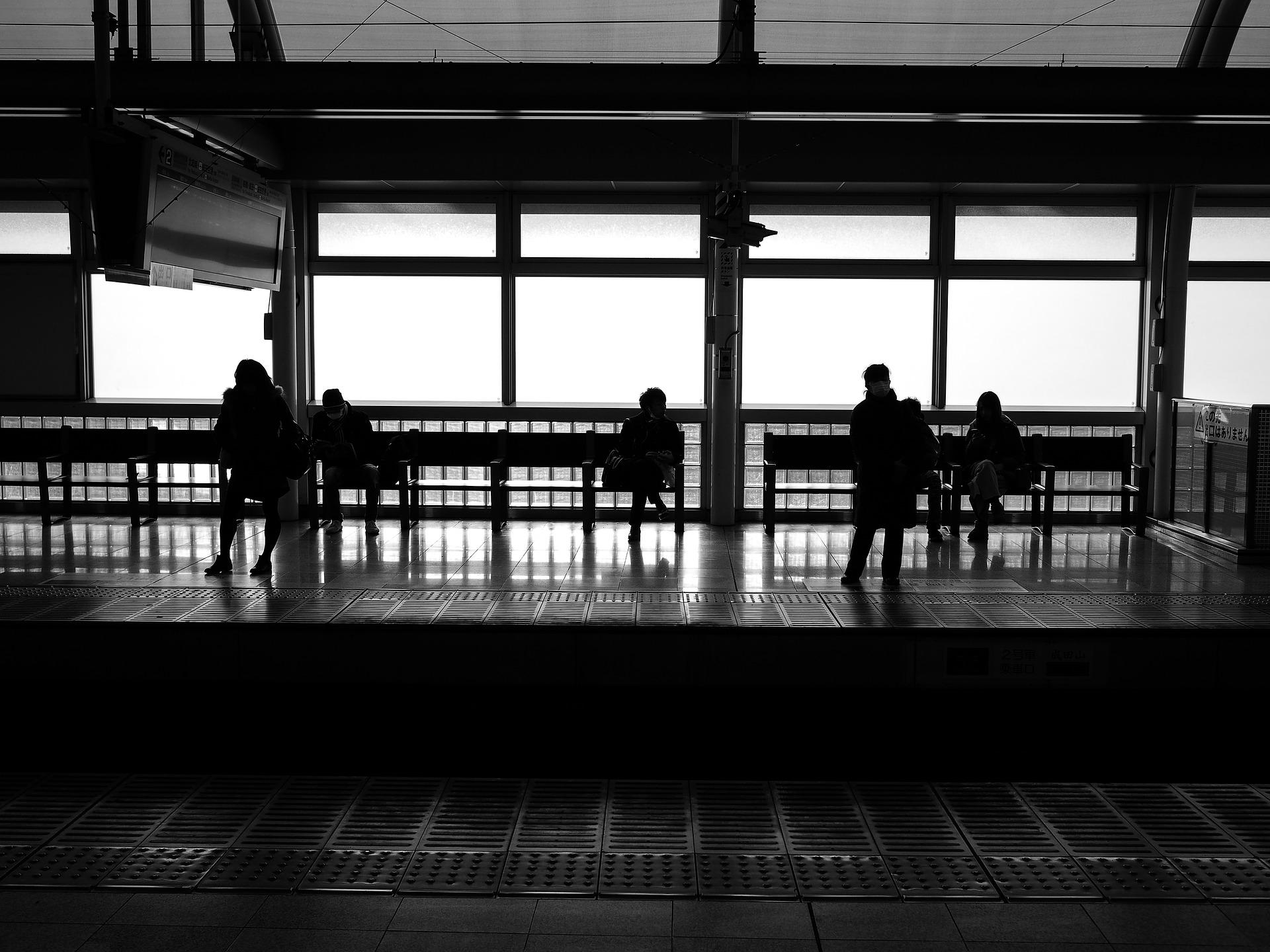 【混雑している通勤電車をスルー】座ってパソコンも開けるエンジニアおすすめの着席サービス